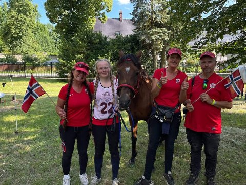 TEAM: Olaug Espeli Carstensen, Ingrid Marie Lervik, hesten Bint Aisha, Linda Jerdal og Bjørn Lervik.