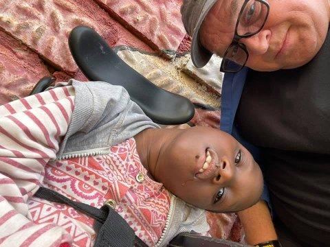 HJELPER FUNKSJONSHEMMEDE BARN: Rune Edvardsen sammen med den funksjonshemmede jenta Pretty. Dina-stiftelsen skal bygge et nytt senter 35 kilometer utenfor Kampala for å hjelpe barn med funksjonshemminger.