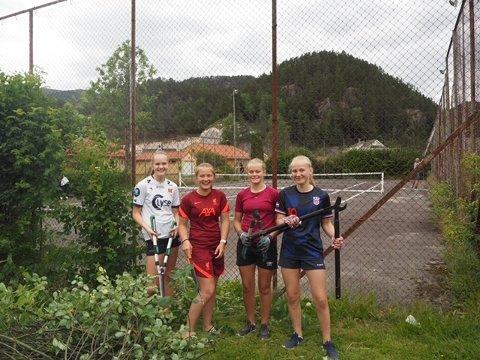 JOBBET DUGNAD: Ane Ovedal-Haugen, Siri Guddal, Ingrid Sofie Ovedal og Tyra Katrine Tonstad bidra i høy grad til å få tenninsbanen på Tonstad frem i lyset igjen.