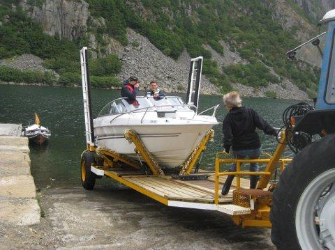 GOD START: Båt-trekkerne hadde fraktet i alt 31 fritidsbåter over Listeid frem til begynnelsen av denne uken og trafikken er størst vestfra.
