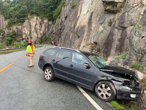 MØTTE VEGGEN: Personbilen kjørte først i fjellveggen, så i autovernet og så i fjellveggen en andre gang.