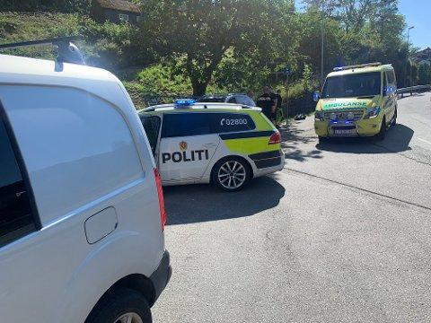 PÅ PLASS: Både politi og ambulanse er på plass på ulykkesstedet.