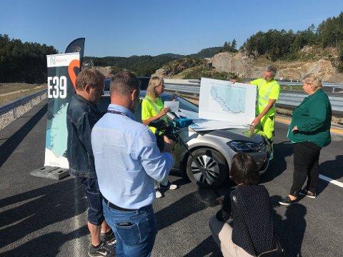 FORNØYD: Prosjektsjef Vidar Stormark frem et strekningskart som illustrerer tanken bak EL 39. Administrerende direktør Anette Aanesland orienterer statsminister Erna Solberg om planene.