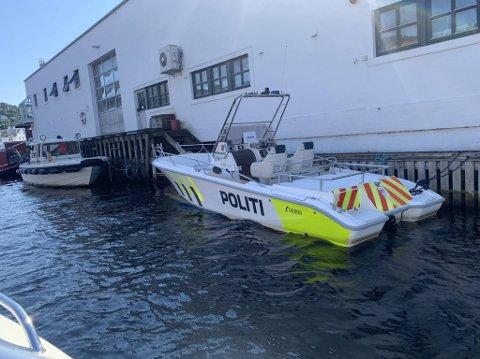 PÅ PLASS: Politibåten lå onsdag ettermiddag fortøyd utenfor brannstasjonen i Elva.