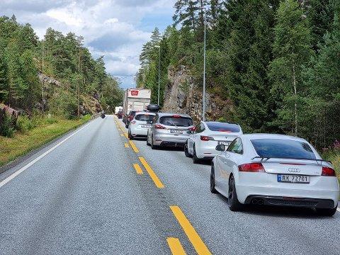 LANGE KØER: Det er lange køer på begge sider av ulykkesstedet.