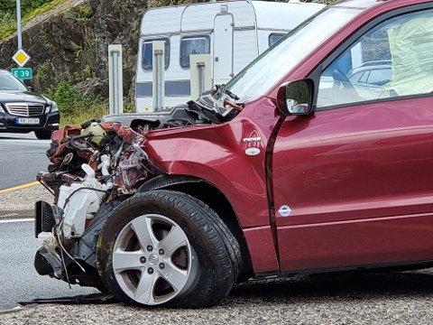 SKADE: Bilen har fått store materielle skader.