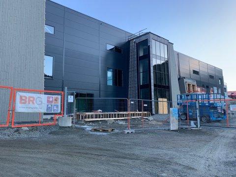 FERDIG I HØST: I løpet av høsten skal hallen på Uenes stå ferdig. Nå vil rådmannen og formannskapet i Flekkefjord ha en«flying start-ansatt» for Flekkefjord Sparebank Arena.