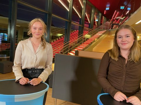 ENGASJERTE: Marthe Myrvang Johannessen (til venstre) og Sofie Skailand Maurstad er interesserte i politikk, og fulgte ivrig med under debatten i Spira.