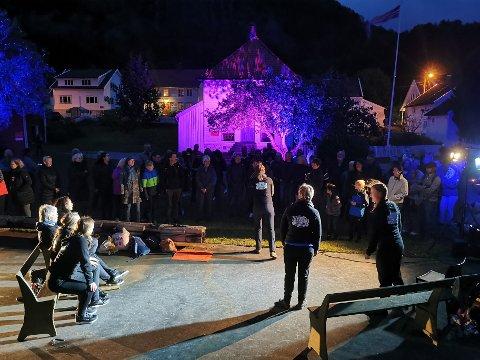 OPPLYST: Et flott lysbilde og fine artister sørget for magisk stemning på Feda Elvelangs lørdag.