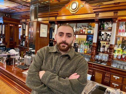 PÅ BAR BAKKE: Yunus Yildiz driver Svanen, kåret til Oslo beste bar., og vet ikke hvor lenge han og de ansatte kan overleve. Nå gir næringsministeren ham noen gode råd.