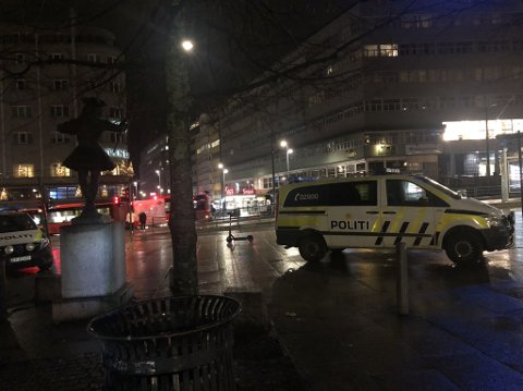RANSALARM: Politiet rykket ut til Nationaltheatret stasjon sent mandag kveld.