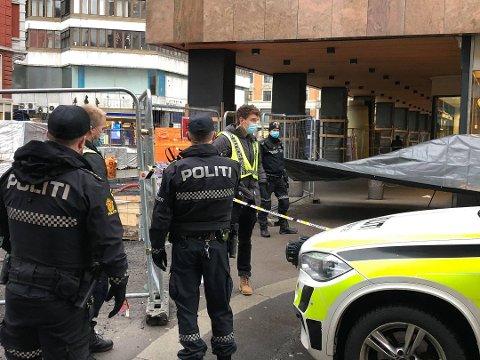 JAKTER GJERNINGSPERSON: Politiet har nå fått tak i videomateriell som viser gjerningspersonen fra hendelsen i Brugata.