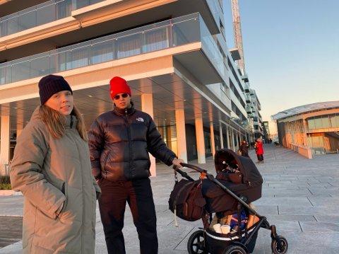 TREKKES MOT SJØEN: Rebecca Stenmarck (31) og Daniel Yalew Steinset (31) bor på Tøyen, men legger gjerne rusleturen til Tjuvholmen.