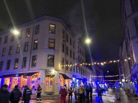 RØYK: Det kommer kraftig røyk ut fra en leilighet i Osterhaugsgaten.