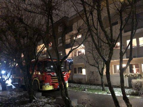MYE RØYK: Brannvesenet lufter ut etter branntilløp i en blokk på Manglerud.