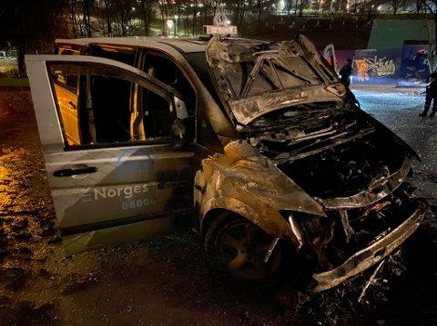 En taxi er totalskadet etter en bilbrann på Tøyen lørdag kveld.