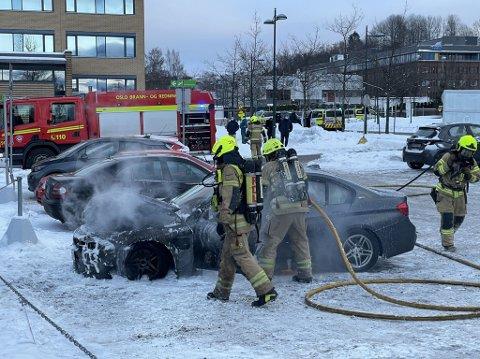 En bil har brent på Furuset senter onsdag ettermiddag.