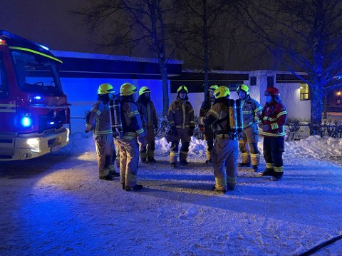 KONTROLL: Brannvesenet fikk raskt kontroll på bilbrannen.