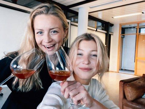 VILLBRYGG: Vanessa Krogh (til venstre) og Cornelia Øiestad startet Villbrygg for over to år siden. Nå har de kjente restauranter på kundelisten.