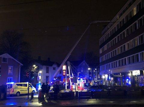 Nødetatene er på plass utenfor en bygård på Rosenhoff fredag kveld, etter meldinger om brann.