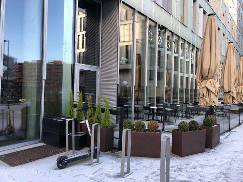MERKER ENDRING: Døgnvill Burger i Bjørvika merker at det skjer endringer i området, som gjør at flere gjester tar turen innom.
