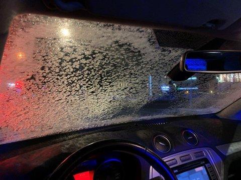 DÅRLIG SIKT: Denne ruta var så isete at politiet valgte å inndra førekort og foreta en anmeldelse.
