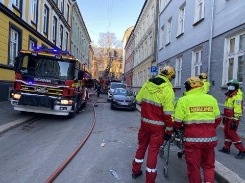 BRANN: Det er røykutvikling fra øverste etasje i en bygård i Fauchalds gate.