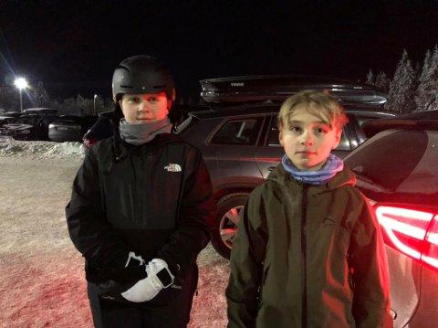 I BAKKEN: Jakob (13) og Petter Fossum (10) forteller at det var tungt å komme seg opp bakken på Tryvann da heisene ble rammet av strømbrudd tirsdag.