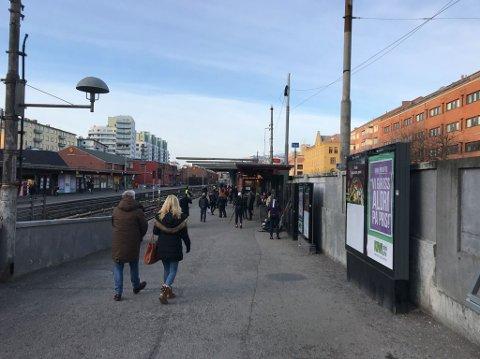 MAJORSTUEN: Slik så det ut ved Majorstuen stasjon like før klokken 14 lørdag. Ruters vektere i refleksvest passer på.