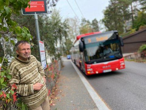 Lars Hagen vekkes av bussen klokken 06.14, og hører alle busser som passerer oppover Svartdalsveien og mot Ryen.