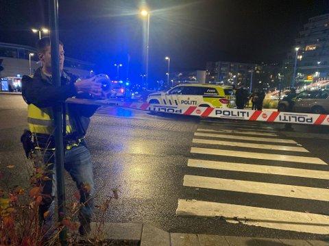 SPERRING: Politiet setter opp sperringer ved stedet der personen ble skutt på Stovner mandag kveld.