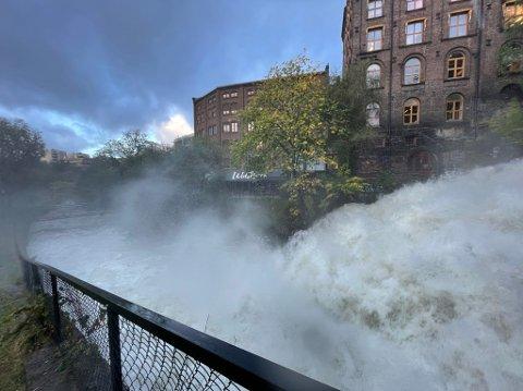 KRAFT I FOSSEN: Mandag formiddag var Akerselva oversvømt flere steder. Ved Vøyenfallene var fossen langt større enn den pleier.