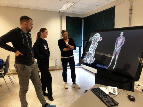 Kari Gerhardsen Vikestad, studieleder på radiografutdanningen og prosjektansvarlig for den nye plattformen var blant de første som fikk teste ut bordet sammen med studenter på radiograf-utdanningen, Fredrik Røstad og Ingerid Vethe.