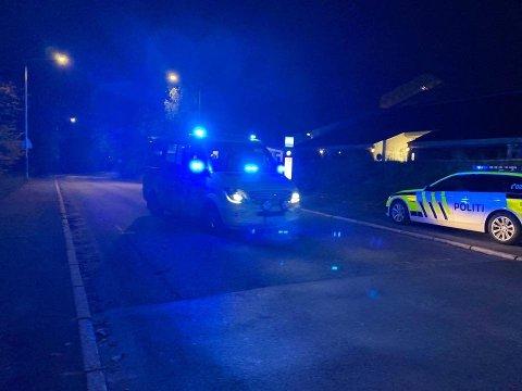 NY SKYTING: Sent torsdag kveld ble en ung mann skutt på Mortensrud. Her er ambulansen på vei fra åstedet.