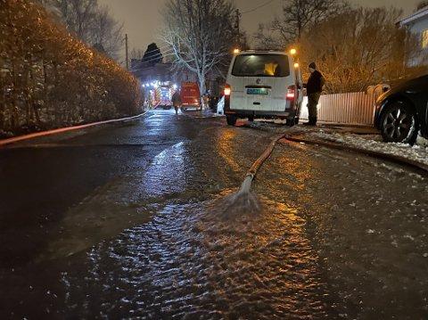 VANN I VEIEN: I Bjørnveien på Smestad er nabolaget rammet av en vannlekkasje tirsdag kveld.