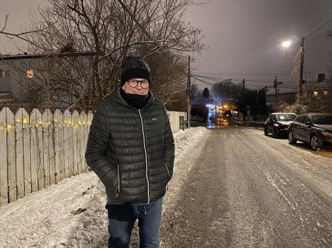 VANN I KJELLEREN: Dag Spant er en av beboerne i Bjørnveien som har fått vann i kjelleren. Men den rolige mannen tok det med godt humør.
