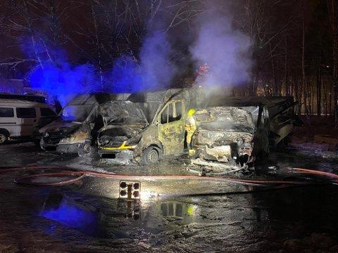 BILBRANN: Tre biler ble totalskadd i brannen.