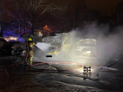 HENLAGT: Den voldsomme bilbrannen på Holmlia natt til tirsdag er henlagt av politiet på onsdag. Bilen i midten er firmabilen til Jon Leiulfsrud selskap.
