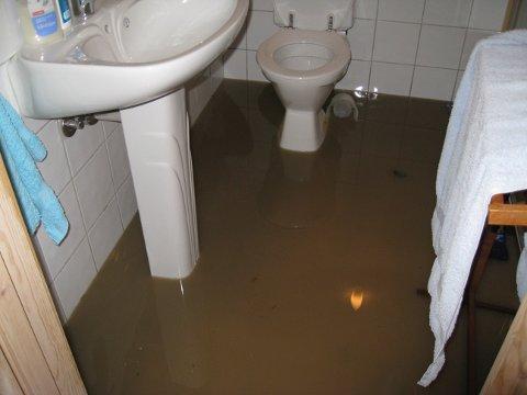 SKITTENT VANN: Opplever du vannlekkasje på offentlige rør i nærheten, risikerer du å få skittent vann i kjellerne, slik Sigmund Clementz opplevde her.