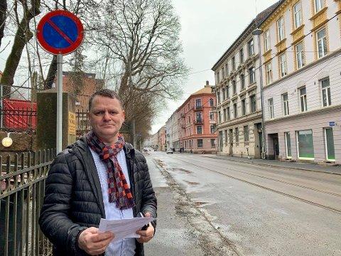 GOD PLASS: Frognerveien har blitt en tom gate etter at beboerparkingen forsvant. BU-leder Jens Jørgen Lie (H) vil ha svar.