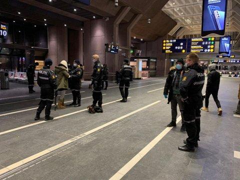 STORKONTROLL: Politiet gjennomfører fredag kveld en knivaksjon i avgangshallen på Oslo S.