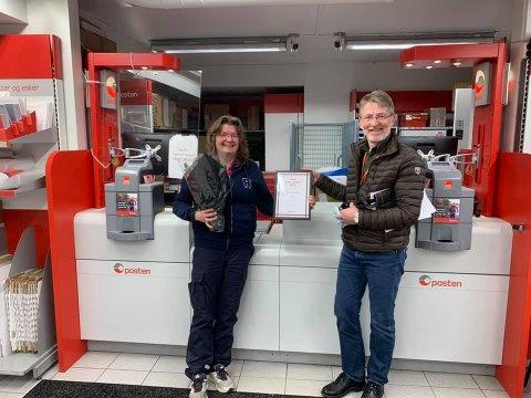 FIKK UTMERKELSEN: Avdelingsleder Inger Lise Arntsen fikk utmerkelsen av distriktssjef Steinar Magnussen i Posten for Oslo og Akershus.