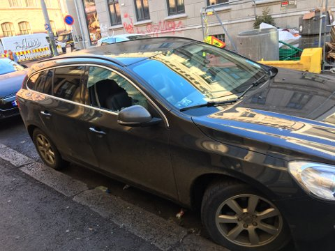 KNUST RUTE: Bilen sto parkert med en knust rute, melder tipseren.