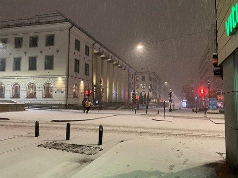 LAVER NED: Slik ser det ut ved midnatt i Oslo sentrum. Det er varslet store mengder snø utover torsdagen.