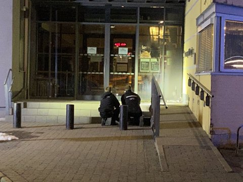 ALVORLIG: Krimteknikere jobber utenfor Stovner politistasjon etter det alvorlig angrepet mot politiet.