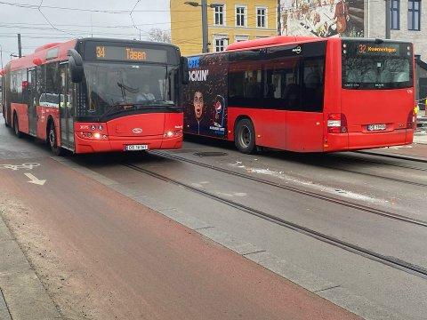 KNUST GLASS: Rester av knust glass på bakken etter det cfredag morgen inntraff  et sammenstøt mellom trikk og buss  i krysset Oslo gate/ Bispegata.