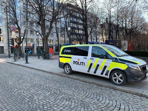 RYKKET UT: Politiet rykket ut til Rosenkrantz gate etter melding om påkjørsel. Sveip for flere bilder.