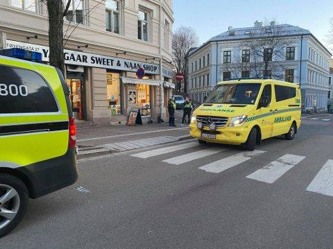 SLÅTT NED: Politi og ambulanse var til stede i Tøyengata etter voldshendelsen.