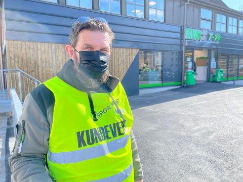 KUNDEVERT: Bent Lønrusten er på plass når Kiwi åpner nye butikker for å passe på at folk overholder smittevern.
