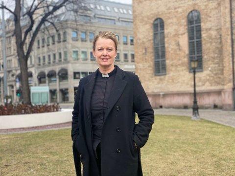 """TENK NYTT: Elisabeth Thorsen er ledende domkirkeprest i Oslo domkirke, og har nettopp gitt ut boken """"Komposisjoner av lys"""":"""